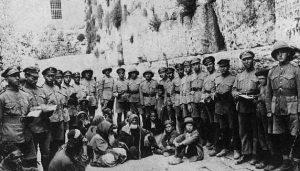 חיילי הגדודים העבריים לייד הכותל המערבי - דצמבר-1917